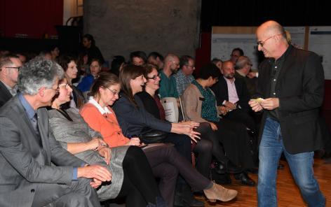 """Le """"Show en LIVES"""" de Philippe Cohen a beaucoup fait rire le public, dont la conseillère nationale vaudoise Rebecca Ruiz et Sonya Butera, députée du Grand Conseil vaudois. @Martine Dutruit"""